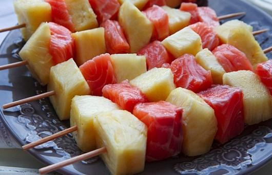 готовим шашлык из лосося и ананаса