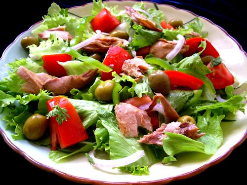 Овощной салат с тунцом и помидорами