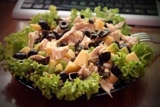 Салат из морепродуктов с оливками