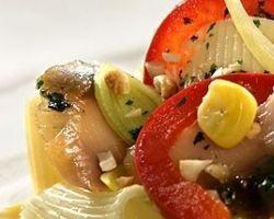 Оригинальный салат из макарон и рыбы