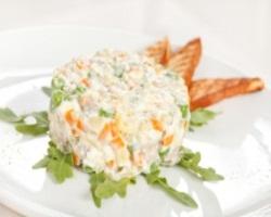 Вкусный салат Оливье с семгой