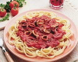 Спагетти с соусом из помидор и тунцом
