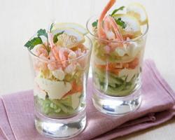 Салат-коктейль с креветками и огурцами