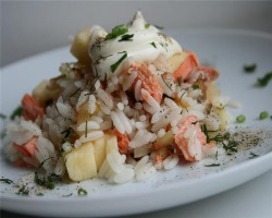 Вкусный рыбный салат из риса и семги