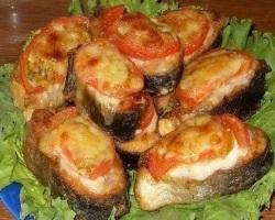 Рыба, запеченная с томатами и сыром