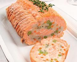 Рулет с копченым лососем и шпинатом