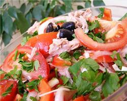 Салат из овощей с красной рыбой